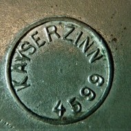 Gegoten merkteken schaaltje Kayserzinn (Karl Geyer)