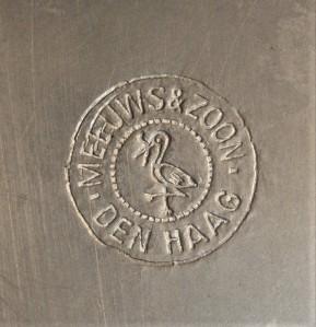 Merkteken strakke theepot, tin antiek, Meeuws Zoon, Den Haag, Nederland