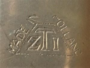 Merkteken antieke tinnen theepotje, rotan handvat, Nederland